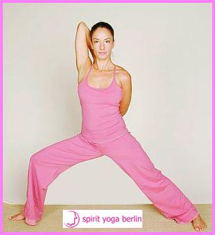 Yogaübung Virabhadrasana 2 mit Kuhkopf-Armen, Held 2, Krieger 2