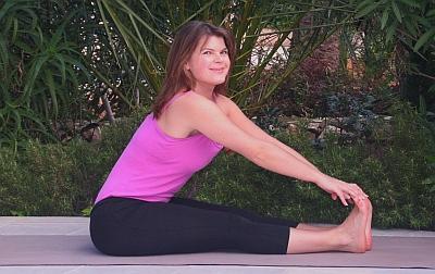 Yoga-Uebung-Paschimottanasana-sitzende-Vorbeuge