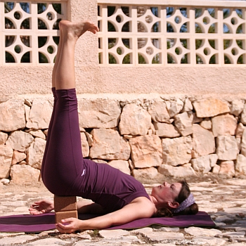 Yoga-Übung-Salamba-Sarvangasana-Variation-Schulterstand-2-Kloetze