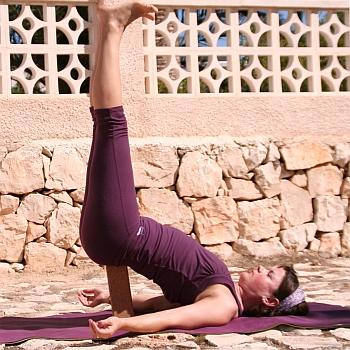 Yoga-Übung-Salamba-Sarvangasana-Variation-Schulterstand-Klotz-hochkant