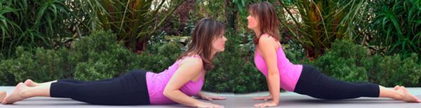 Yoga-Übungen-Kobra-heraufschauender Hund