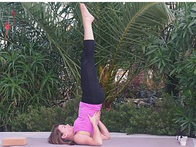 Yoga-Uebung-Schulterstand-Salamba-Sarvangasana