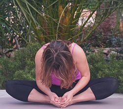 Yoga-Übung-Baddha-Konasana-gebeugt