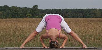 Yoga-Uebung-gegraetschte-Vorbeuge-Prasarita-Padottanasana-2