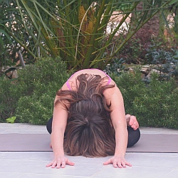 Yoga-Übung Knöchel-auf-Knie-Vorbeuge
