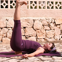 Yoga-Übung-Salamba-Sarvangasana-Variation-Schulterstand