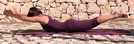 Shalabasana mit Yoga-Klotz