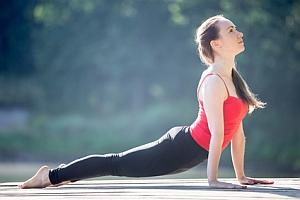 Yoga-Übung der heraufschauende Hund