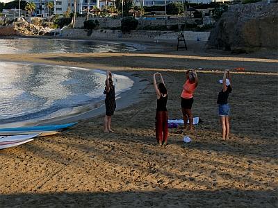 SUP-Yoga-Aufwärmen-am-Strand