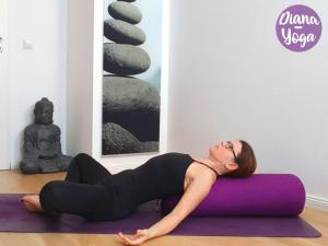 Yoga Übung liegender Schmetterling